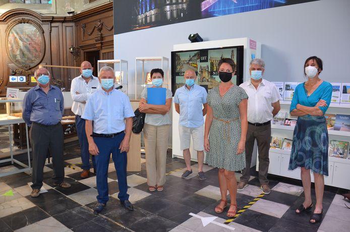 De medewerkers van de VVV-Ninove vzw en de dienst toerisme met Martine van B&B De Pepelinck, Chantal van B&B Hof Anghereel en toerismeschepen Alain Triest.