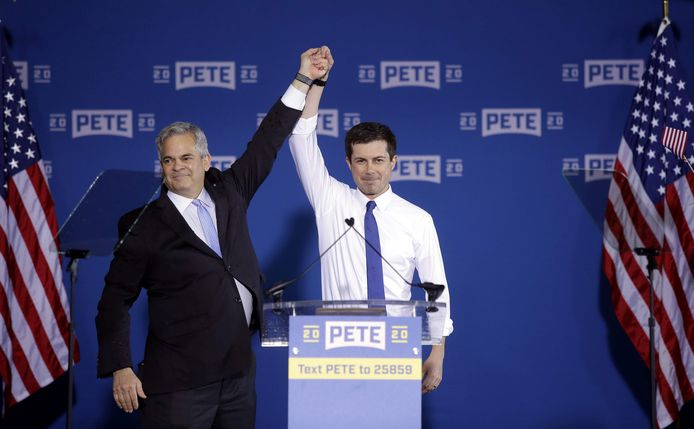 De burgemeester van Austin, Texas, Steve Adler introduceert Pete Buttigieg, de burgemeester van South Bend, Indiana op de meeting waar hij zijn kandidatuur voor de Amerikaanse presidentsverkiezingen bekendmaakte.