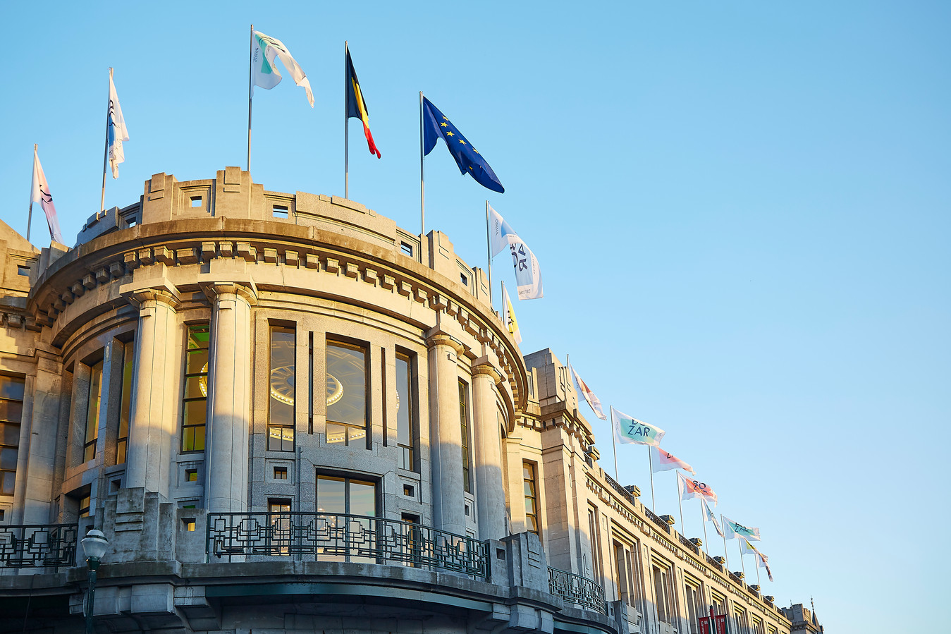 Horta heeft goed gekeken naar de andere paleizen in de hoofdstad bij zijn ontwerp: het Koninklijk Paleis, het Paleis der Natie en het Justitiepaleis.
