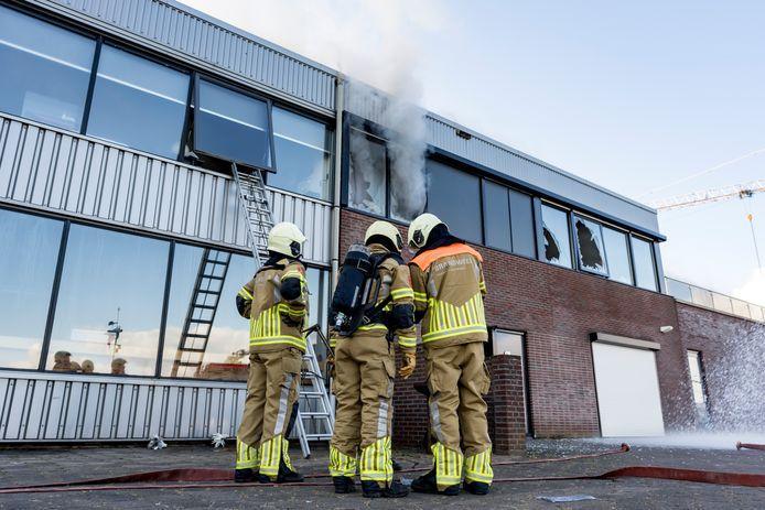 Bij een appartement boven een bedrijf aan de Beatrixhaven in Werkendam brak zondagochtend een grote brand uit.