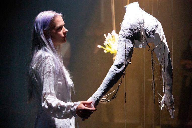 De scheuren in een oude jas van haar overleden vader inspireerden Emilia Honnebier tot een sieraad. Beeld Sanne Peper
