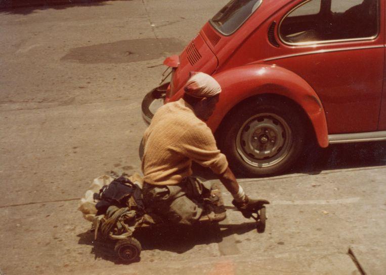 Op een plein in Cuernavaca zag ik een man die mij altijd is bijgebleven, schrijft Walter van den Broeck. Hij droeg een piratenmuts, had geen benen en verplaatste zich op een wagentje met kleine wielen dat op het onderstel van een kinderwagen leek. Plots greep hij het achterste spatbord van een VW en reed het plein af. Beeld Archief