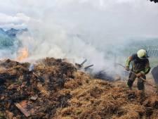 Brand in stapel hooi in schuur in Diessen, eigenaar sleept smeulende stapel zelf naar buiten