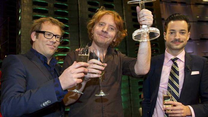 Winnaar van de Nationale IQ Test Eddy Terstall tussen de presentatoren Patrick Lodiers en Valerio Zeno