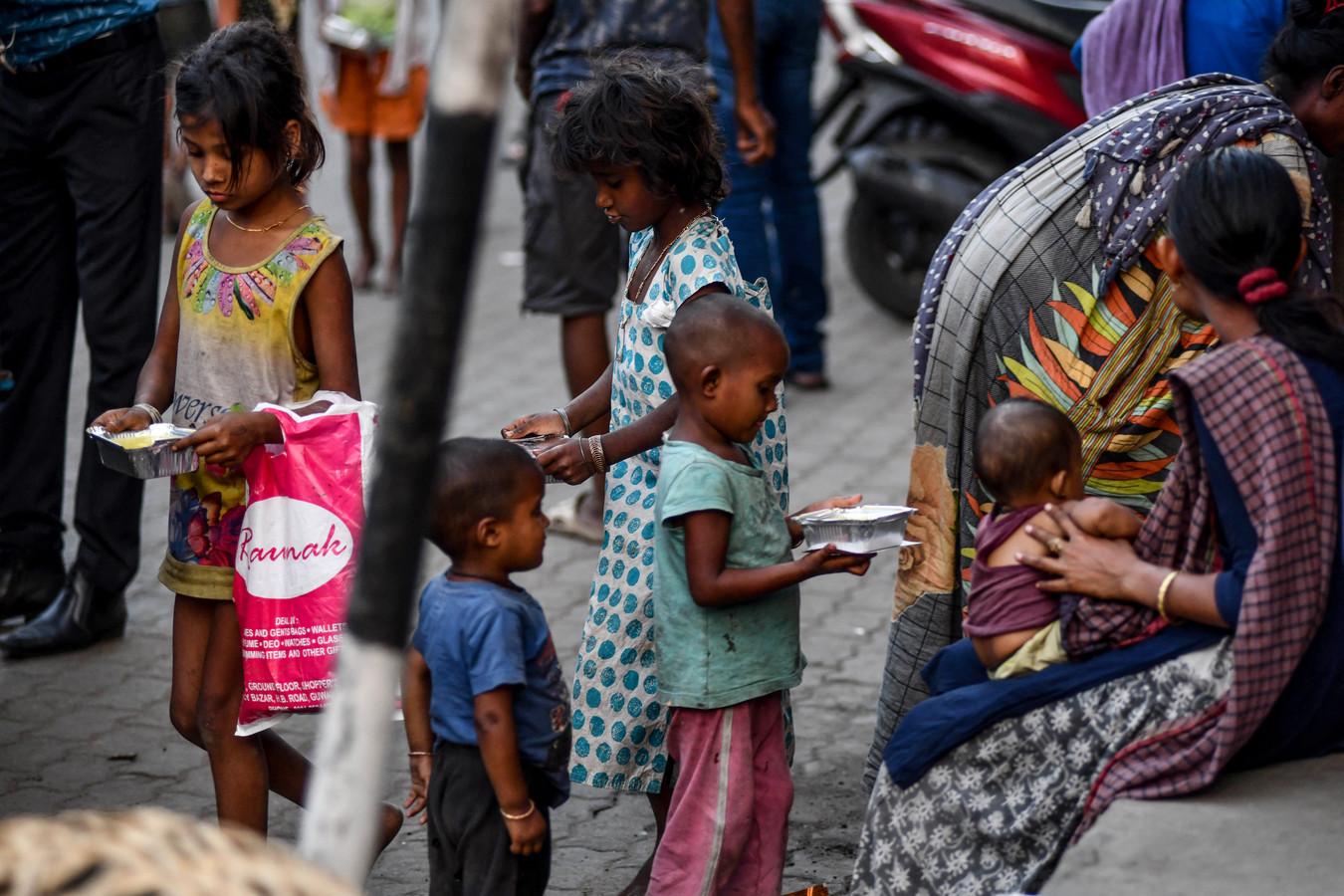 Kinderen op straat in de stad Guwahati.