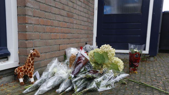 Bloemen en speelgoedbeesten voor het huis in Dordrecht waar de 4-jarige dode Tygo werd aangetroffen