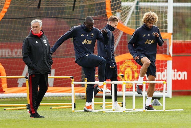 Onder het oog van José Mourinho trainen Romelu Lukaku en Marouane Fellaini op Carrington, het oefencomplex van Manchester United. Beeld REUTERS