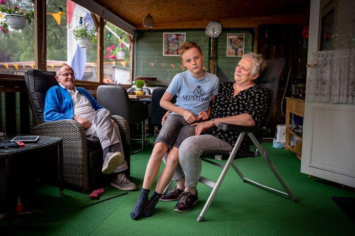 Wim en Gusta van der Werdt met hun kleinzoon in hun stacaravan.