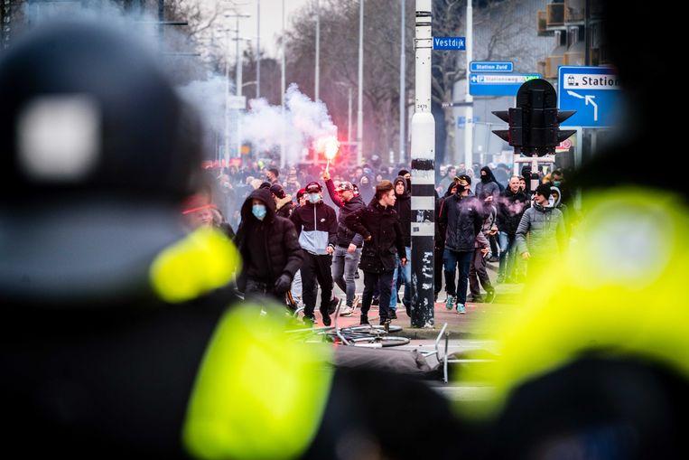 De mobiele eenheid voert demonstranten af van het 18 Septemberplein. Pegida had aangekondigd toch te komen demonstreren. Burgemeester John Jorritsma had de demonstratie verboden uit angst voor ongeregeldheden. Beeld ANP