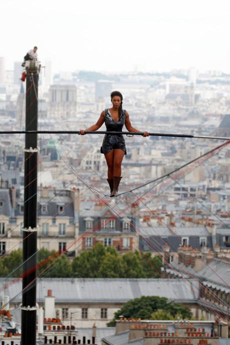 Koorddanseres wandelt 35 meter boven de grond in Parijs