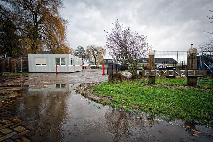 Jachthaven Hermenzeil in Raamsdonk is niet meer vrij toegankelijk. Er zijn hekken geplaatst, een portacabin waar beveiliging zit, en een slagboom. De jachthaven is recent gekocht door de gemeente om aankoop door criminelen te voorkomen. Hier gezien vanaf de openbare weg, de Zijlweg.
