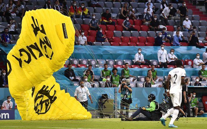 De Greenpeace-activist na zijn noodlanding landt in de Arena in München voorafgaand aan de wedstrijd tussen Frankrijk en Duitsland, op 15 juni.