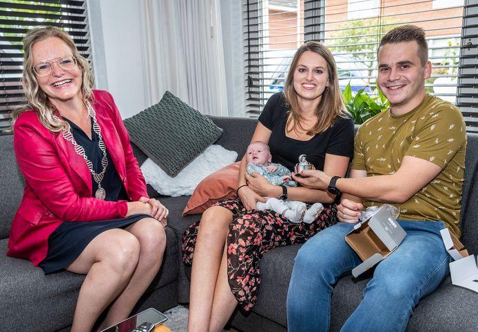 Pleun Vermeulen - de 17.000e inwoner van Asten - met haar ouders Silke Swinkels en David Vermeulen. Burgemeester Anke van Extel-van Katwijk kwam vrijdag op bezoek.