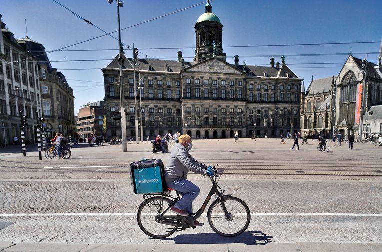 Een maaltijdbezorger van Deliveroo op pad in Amsterdam. Beeld anp
