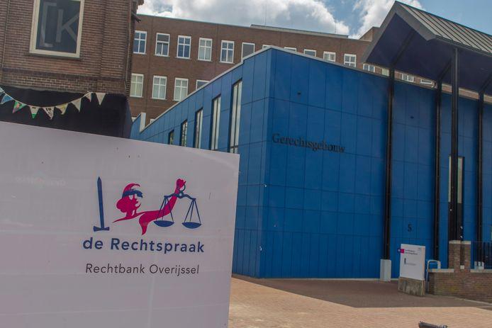 De medewerkster van de rechtbank Overijssel zocht vertrouwelijke gegevens op van bekenden.