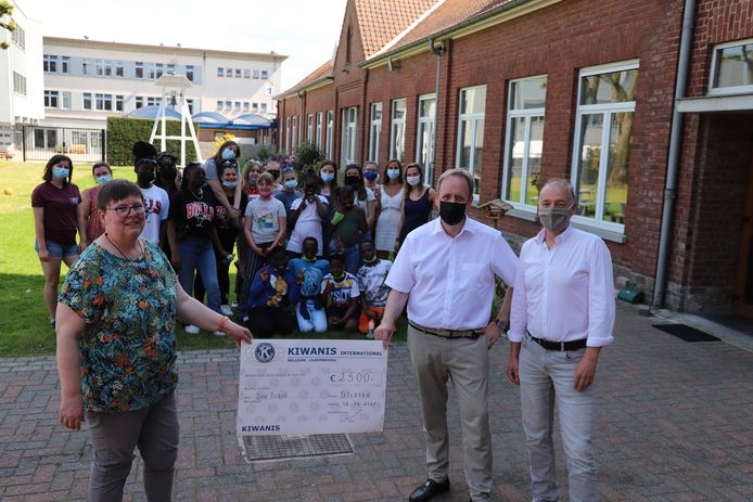 Zuster Katelijn ontving de cheque van zo'n 2.500 van Kiwanis.