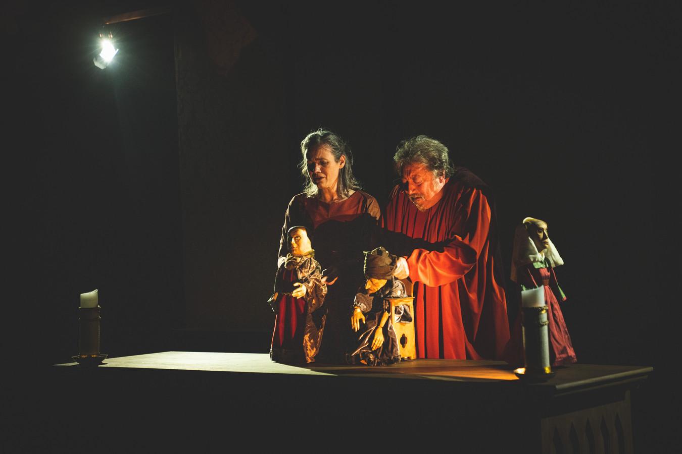 Luk De Bruyker en Ann De Prest aan het werk met de poppen, Luk met een stervende Jan Van Eyck