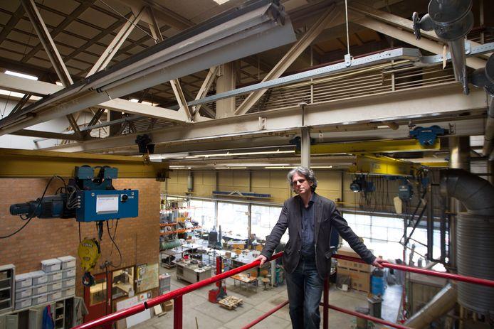 Lex van Lith, directeur van stichting Beeldenstorm, in de werkplaats op het voormalige NREterrein.