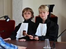 Van verkleedpartij met toga tot een strafzaak: tienercollege bezoekt Dordtse rechtbank