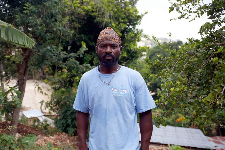 Klusjesman Saint-Victor Désilmé hoopt dat Jezus terugkeert. Hij gelooft niet meer dat politici Haïti nog kunnen helpen. Beeld Estaïlove ST-VAL.