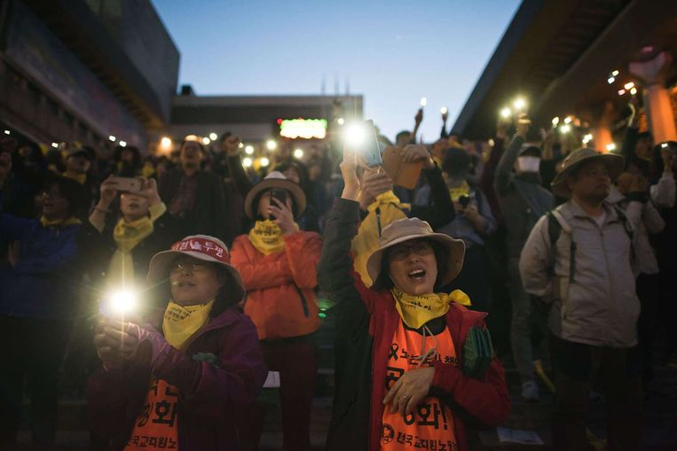 Demonstranten eisen een onafhankelijk onderzoek naar de veerbootramp Beeld afp