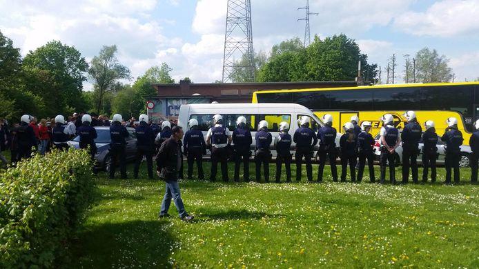 Tientallen agenten staan klaar om hooligans op te vangen maar die dagen niet op.