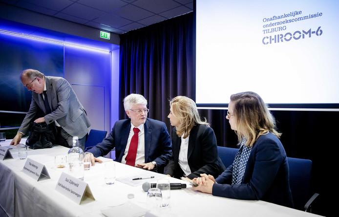 Peter van der Velden (Commissievoorzitter Tilburg Chroom-6), Theo Weterings (burgemeester van Tilburg), Susi Zijderveld (RvB Nederlandse Spoorwegen) en Nicole Kuppens (Directie Spoorwegmuseum) na afloop van de presentatie van de uitkomsten van de onderzoekscommissie Tilburg Chroom-6.