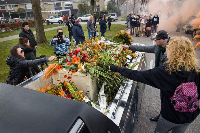 Hondenliefhebbers nemen afscheid van Jan van Ginneke (69).