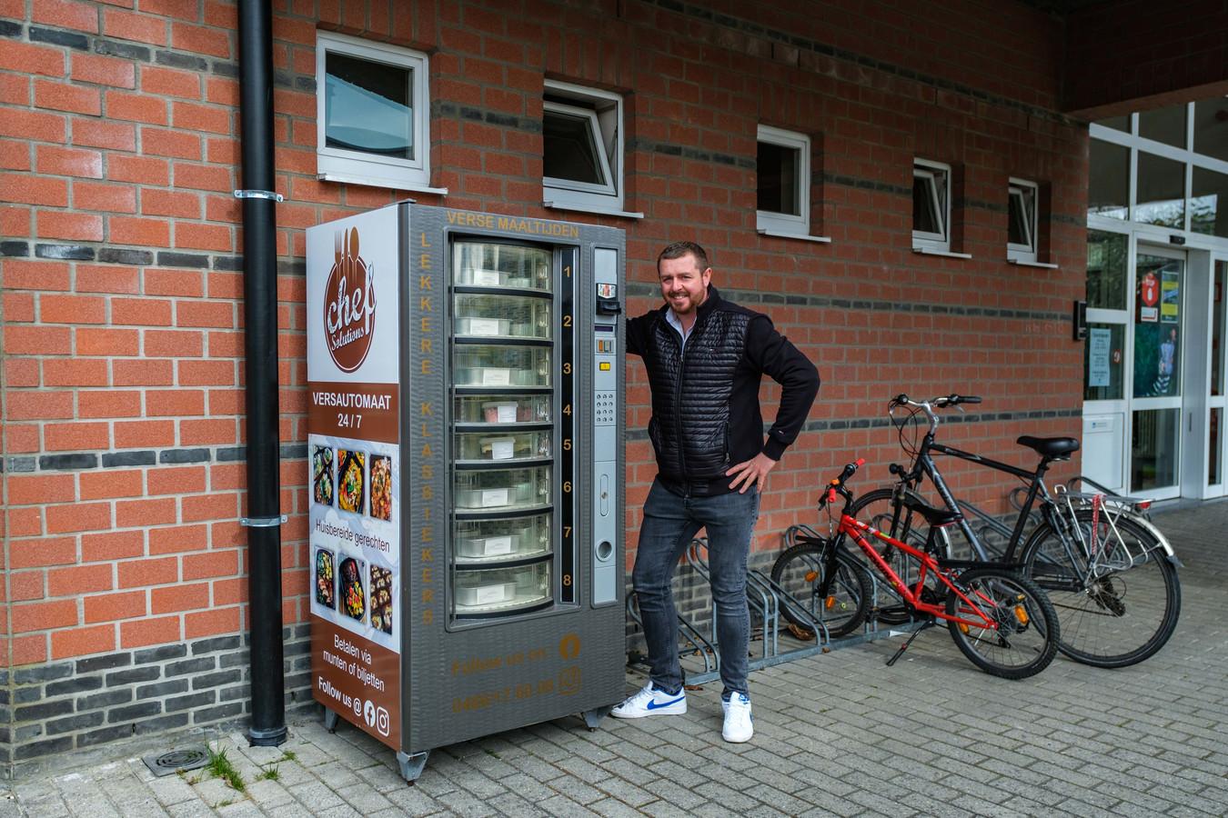 Kevin Mertens bij zijn versautomaat, aan de ingang van de bib.