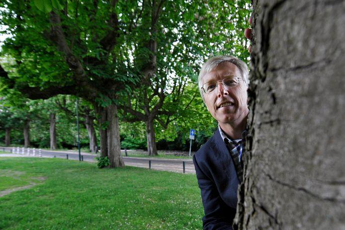 Willem Jan Laan bij het Exercitieveld. Hij heeft een nieuwe behandelmethode voor zieke kastanjebomen bij de gemeente onder de aandacht gebracht.