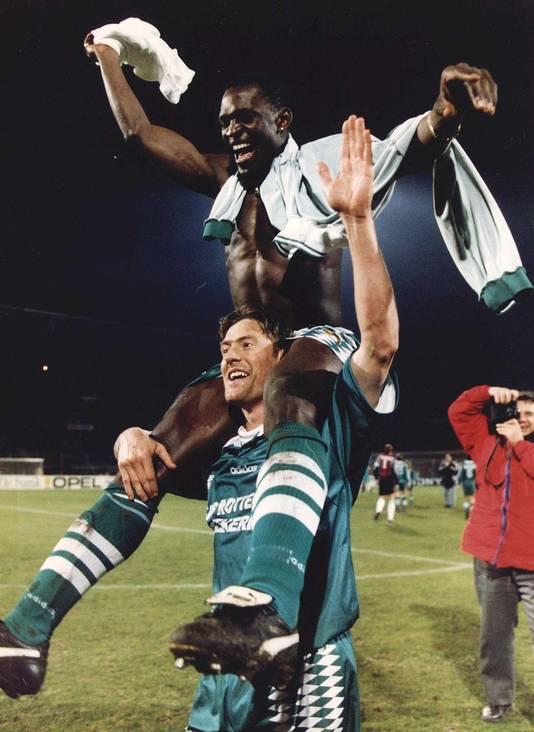 Ruud Heus neemt Mike Obiku op zijn schouders na de bekerwedstrijd van Feyenoord tegen Ajax in 1995.