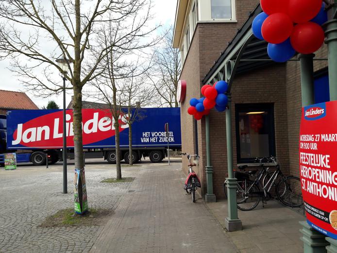 Een vrachtwagen haalde afgelopen woensdag de verse goederen uit de winkel in Sint Anthonis en verhuisde deze naar andere filialen. In de verbouwde winkel aan de Merret mogen voorlopig geen klanten binnen.