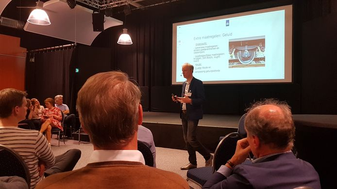Pieter Dronkert van het ministerie van Infrastructuur en Waterstaat sprak onder meer over trillingen en geluidoverlast
