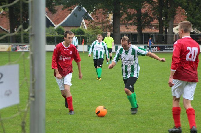 VV Haaksbergen-speler Remy Lubbers net voor zijn doelpunt tegen Wijhe.