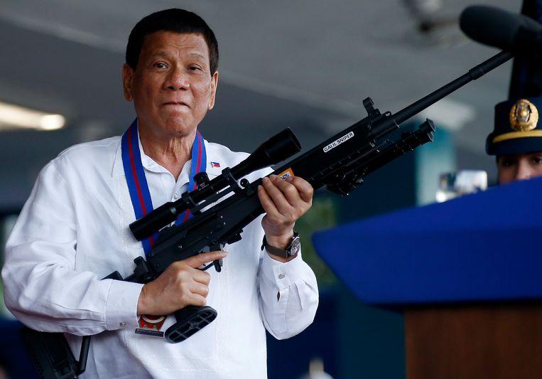 De Filipijnse president Rodrigo Duterte, hier poserend met een wapen.