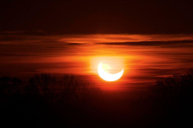 Een gedeeltelijke zonsverduistering in 2011, gezien vanuit Mechelen. Beeld BELGA