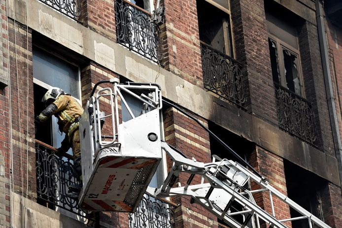 De brandweer had het vooral moeilijk om de brand in het achtergebouw te blussen. Via ladders en omliggende daken werd er water gespoten. Er werden ook gaten in de muren gemaakt, om er schuim door te spuiten om het vuur in het achtergebouw te doden.