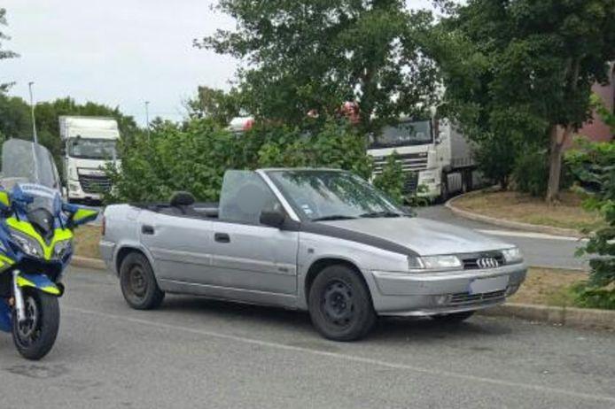 De zelfbouw-cabriolet op de Franse snelweg