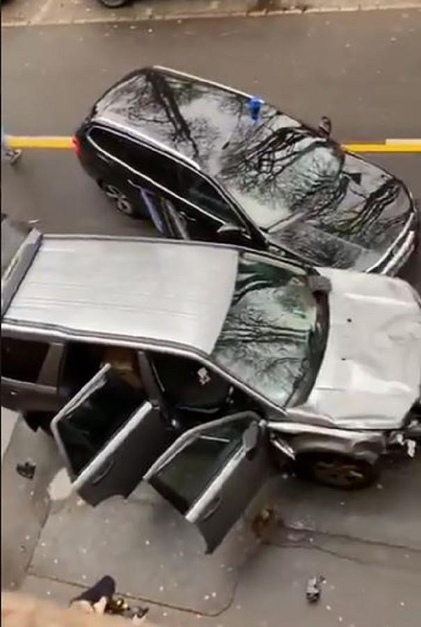 De SUV van de dader nadat die is klemgereden en overmeesterd door de politie.