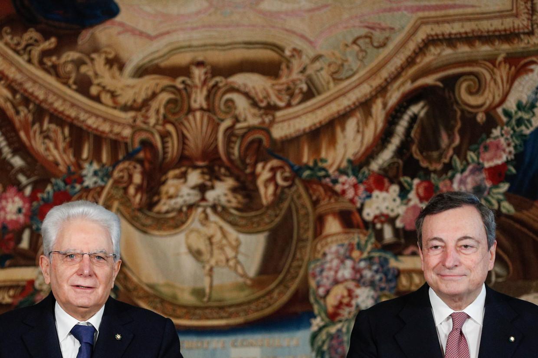 De Italiaanse president Sergio Mattarella (L) en premier Mario Draghi. Beeld AP