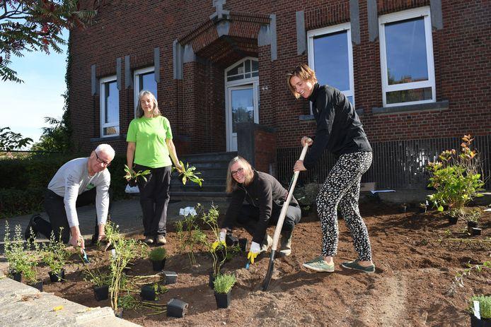 Provinciegouverneur Lodewijk De Witte met zijn team aan het werk in de tuin bij Mfc Combo.
