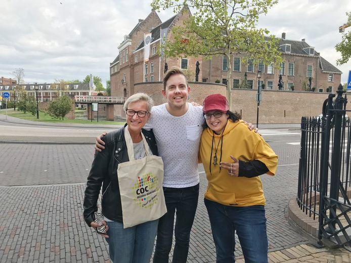 Simon Timmerman (midden), voorzitter COC Midden-Nederland, met Saphira en Coby van de projectgroep Coming Out Woerden