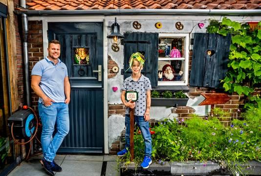 Vader Patrick met zijn zoon voor de Efteling-schuur in de achtertuin.