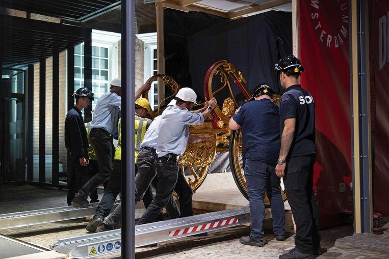 De gerestaureerde Gouden Koets wordt in het Amsterdam Museum geplaatst.  Beeld ANP