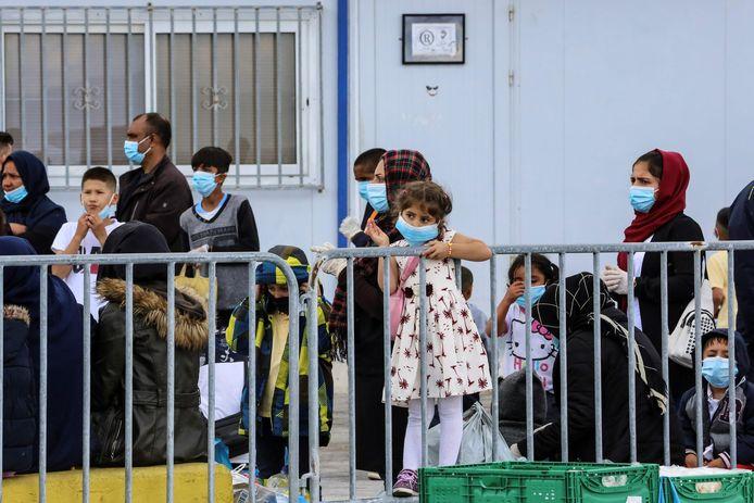 Migranten aan de haven bij Mytilene voor verplaatsing uit een kamp op Lesbos naar het Griekse vasteland, ter illustratie.