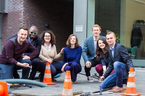 Van links naar rechts: Ignace Vercauteren, Jean Marc Guessou, Sofie Detaille, Anaïs Walraven (voorzitter Studentenraad UAntwerpen), Wouter De Boeck, Leen Van Hirtum en Cedric Stichelbaut.
