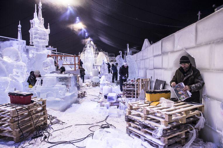 Momenteel lijkt de tent nog op een bevroren bouwwerf. Ook de muren bestaan volledig uit ijsblokken. Wie goed kijkt ziet links al de top van het kasteel van Rapunzel.