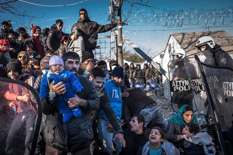 Migranten worden in december 2015 tegengehouden in het Noord-Griekse Idomeni, nadat Macedonië met instemming van Brussel de grenzen heeft dichtgegooid. In Griekenland bleek na het sluiten van de EU-Turkijedeal amper infrastructuur aanwezig voor de opvang van vluchtelingen. Beeld Sergey Ponomarev/The New York Times