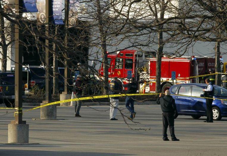 Politie en brandweer voor de JFK bibliotheek in het centrum van Boston. Beeld reuters