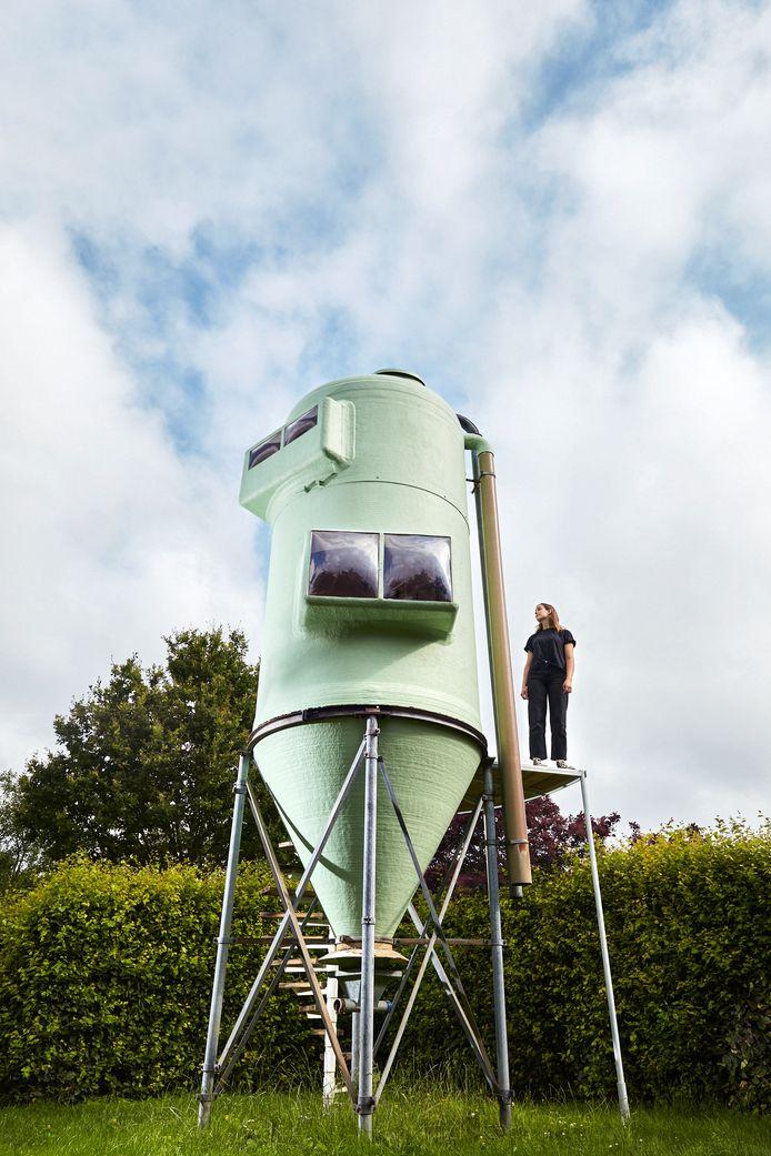 Designer Stella van Beers en haar tot trekkershut omgebouwde voersilo waarmee ze afstudeerde aan de Design Academy Eindhoven.